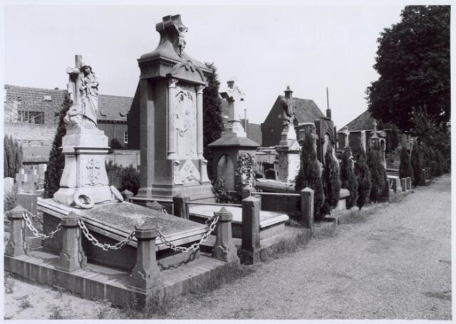 019092 - Graven op het parochiekerkhof aan de Goirkestraat