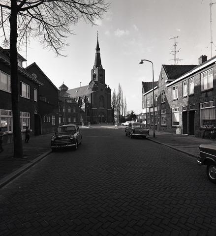 654923 - Gezicht op de Antonius van Padua-kerk aan de Hoefstraat
