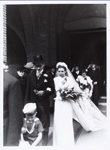 007262 - Bruidspaar Alb.F.W.M. Kneepkens (apotheker) en Riet H.C. de Pont. Huwelijksinzegening op 2 mei 1942 te 10.00 in de kerk van het Heilig Hart Noordhoek Tilburg.
