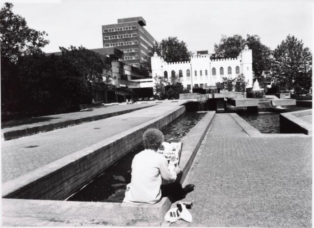 032662 - Paleis raadhuis met op achtergrond nieuw gebouwde administratiegebouw (stadskantoor) van de gemeente aan het Stadhuisplein 130