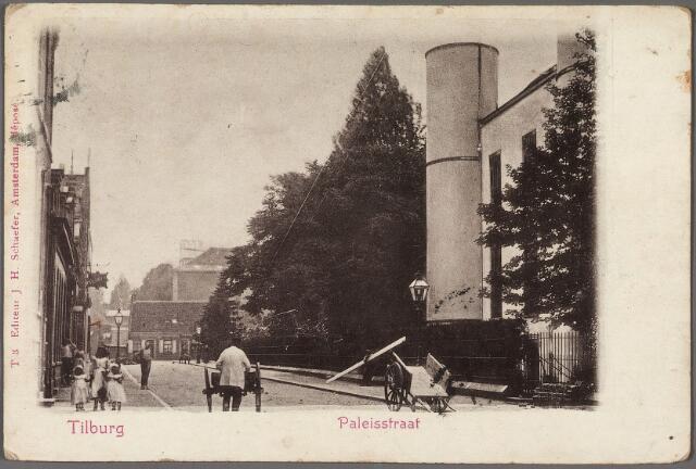 010918 - Onderwijs. Paleisstraat richting Markt met rechts een detail van de Rijks H.B.S. Koning Willem II, vanaf 1936 paleis-raadhuis.