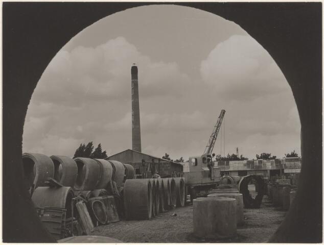 603591 - N.V. Industrie- en Handelsmaatschappij A. Struyk Oosterhout-Breda. Foto genomen door een rioolbuis van het bedrijventerrein van de firma aan de Koningsdijk (vlakbij het Wilhelminakanaal)