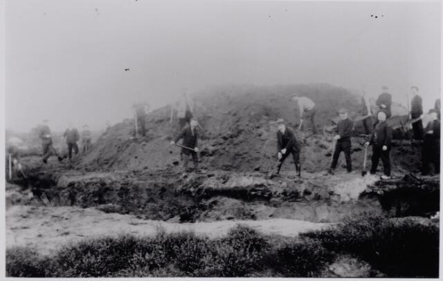 045457 - Na de voltooiing van het onderzoek van de grafheuvels op de Regte Heide, werden ze gerestaureerd met de hulp van veertig, uit Tilburg afkomstige werkelozen.