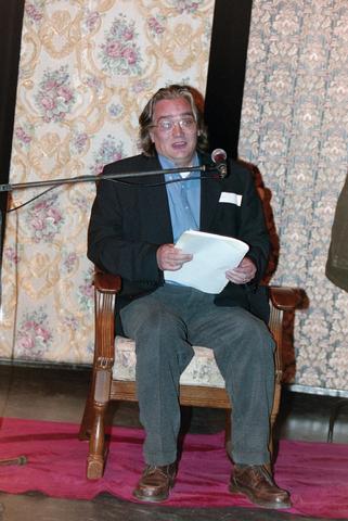 1237_001_024_012 - Cultuur. Een presentatie in de Tilburgse Revue op 15 september 2004. Op het podium schrijver Ed Schilders geboren in Berkel-Enschot.