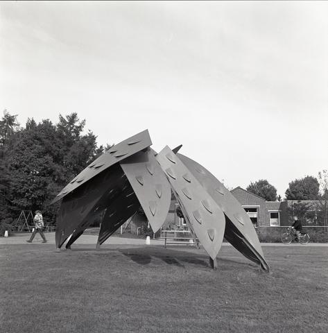 D-00411 - 'Mantel der Liefde' (Tine de Weijer 1986) Locatie - Bredaseweg 375b ('t Hooge Veer)