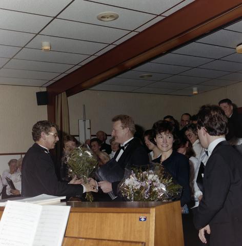 1237_012_913_011 - Cockie van de Brekel in verzorgingstehuis Het Laar, derde lustrum.