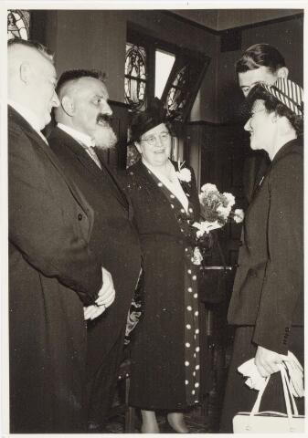 047331 - Inhuldiging en installatie burgemeester Elsen. Links wethouder C. van Boxtel, secretaris A. Smits en mevrouw Elsen.