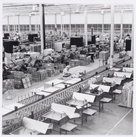 038966 - Volt Noord.Productie of fabricage afd. Deflectie Units. Overzicht van de fabricage afdeling in 1977. Hier de montageplaatsen. Hal NB.
