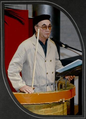 """91292 - Made en Drimmelen. De performer van een voorstelling tijdens de opening van het Sociaal Cultureel Centrum """"De Mayboom"""" in Made."""