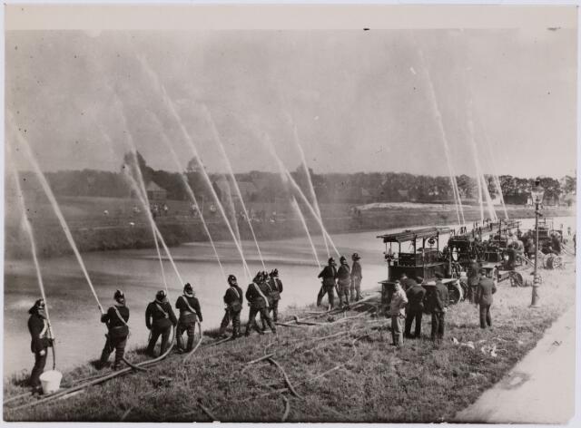 103701 - Brandweer. brandweer demonstratie aan het Wilhelminakanaal (1931) b.g.v. het 150-jarig bestaan.