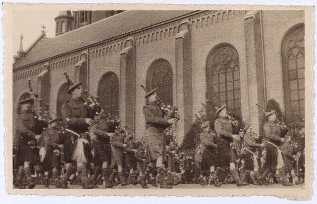 012523 - WO2 ; WOII ; Tweede Wereldoorlog. Bevrijding. Parade van Schotse pijpers op de Markt op 29 oktober 1944