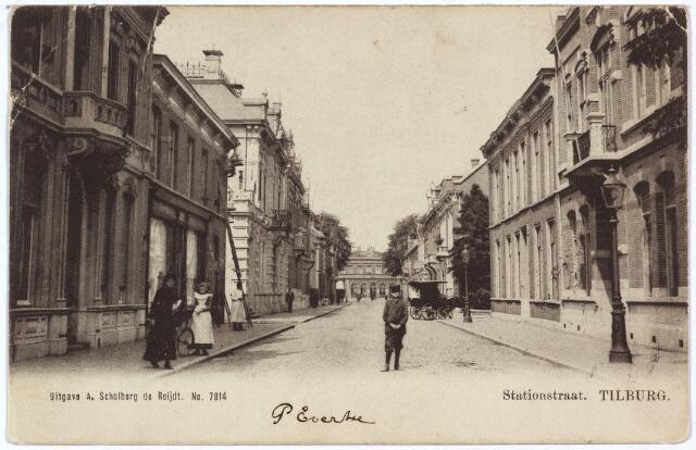 002580 - Stationsstraat richting station. Rechts pand M 1105a, vanaf 1910 nr. 26. Het pand werd van november 1901 tot mei 1938 bewoond door de familie Van den Heuvel. Het hoofd van het gezin, Franciscus Cornelis van den Heuvel werd geboren te Culemborg op 26 juli 1866 en overleed te Tilburg op 17 augustus 1936. Hij was directeur van een steenfabriek, Zijn weduwe, Johanna Maria Petronella Eras, geboren te Tilburg op 14 november 1869, verhuisde in mei 1938 naar Nijmegen. Het pand werd verkocht aan het rijk en in 1939 gesloopt, samen met het pand links,  Stationstraat nr. 24, vanaf 1926 in gebruik als kantoor van de Rijks Directe Belastingen. Ter plaatse werd een nieuw pand gebouwd van de belastingdienst.  Links het pand M 1083, vanaf 1910 Stationsstraat nr. 25, bewoond door parapluiefabrikante Maria Anna Gimbrere-Melis, geboren te Tilburg op 29 april 1855 en aldaar overleden op 25 juli 1920. Het pand werd daarna bewoond door haar kinderen. Rechts van dit huis, het pand van kachelsmid Hubertus M. van Dun .