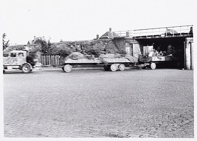 013200 - WO2 ; WOII ; Tweede Wereldoorlog. Terugtocht. Vluchtende Duitsers passeren de kruising Ringbaan-Oost - Bosscheweg, de wagens volgestouwd met geroofde spullen