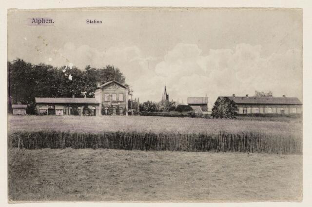 065247 - Openbaar vervoer. Het station te Alphen werd in 1867 gebouwd aan de spoorlijn van Turnhout naar Tilburg; door toeneming van het vrachtverkeer over de weg werd de lijn onrendabel en het vervoer per rails werd gestaakt; het station werd in 1968 afgebroken
