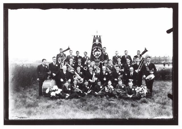 052590 - Muziekleven. Harmonie Juliana Broekhoven opgericht 25 april 1937. Achterste rij derde van links Jo Bleijleven. Midden Theo van Riel.