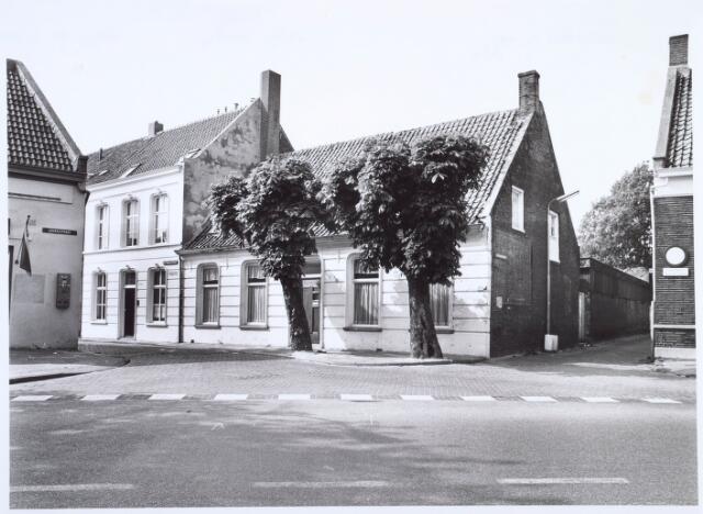 019343 - Huis op de hoek Goirkestraat - Wittebollenstraat (links). Daarnaast het Vernisstraatje, dat uitkwam op de Ringbaan-Noord