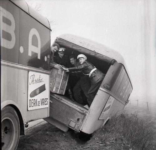 654667 - Persfoto. Overladen van een gestrande BBA-bus.