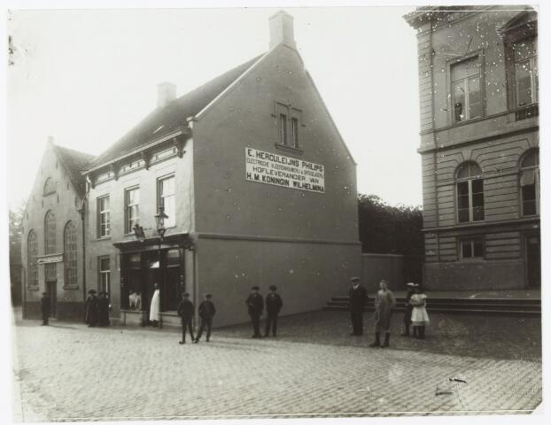 052124 - Onderwijs. Textielschool. Helemaal links de oude muziekschool van meester Johan Heer gebouwd in 1836 en gesloopt in 1913.