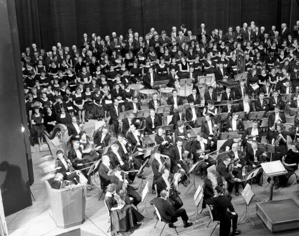 650660 - Schmidlin. Het Brabants Orkest en koor bij de opening van de Schouwburg, 1 maart 1961.