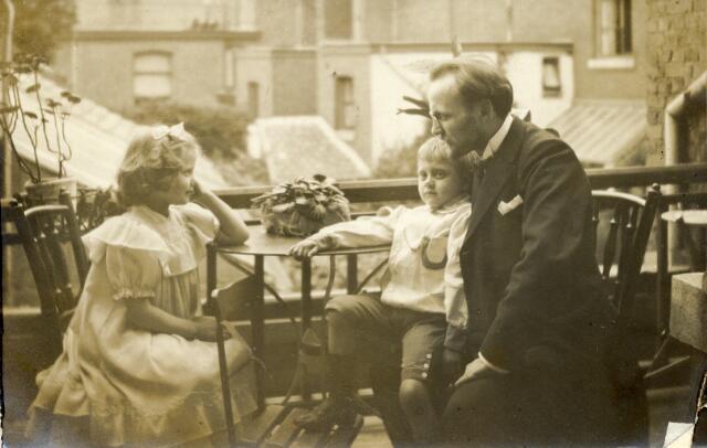 650401 - Schmidlin. Lies, Krel en Louis Schmidlin. Maastricht, omstreeks 1905.