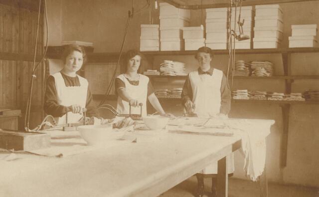 """063848 - De strijkafdeling van """"Stoomwasscherij de Leij"""", een was- en strijkinrichting van de firma Blomjous-van Glabbeek. De wasserij stond nabij de Leij op Hilvarenbeeks grondgebied, maar had als adres Broekhoven 2. In de jaren twintig van de 20e eeuw verhuisde stoomwasserij """"de Leij"""" naar de Telegraafstraat 38 in Tilburg."""