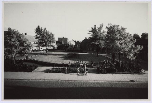 022840 - Jacob van Campenstraat met op de achtergrond, in het midden, de Hendrik de Keijserstraat, in 1952