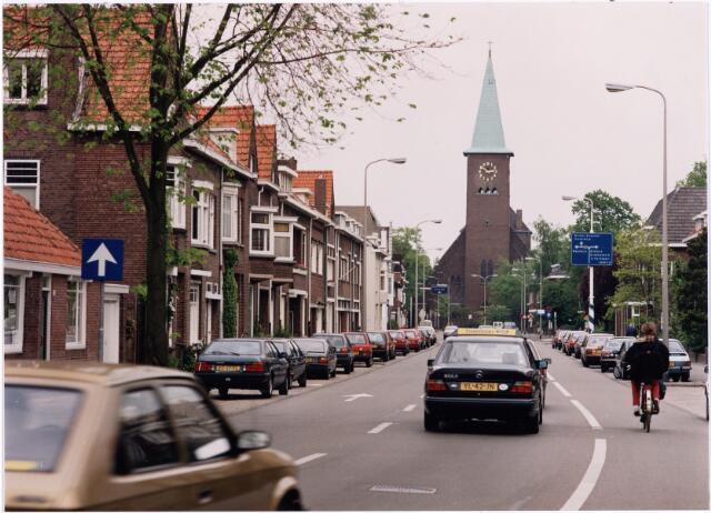 026809 - Bosscheweg in de richting van de Ringbaan-Oost. Op de achtergrond de Sacramentskerk, toen ( in mei 1991) nog met torenspits