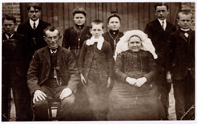 047685 - De familie Bruers-Boomaars. Zittend links landbouwer Johannes Bruers, geboren te Goirle op 22 februari 1861 en aldaar overleden op 4 april 1938, rechts Petronella Boomaars geboren op 14 februari 1864 overleden te Goirle op 27 februari 1947. Staande v.l.n.r. hun kinderen Janus, Jan jr, Bet, Helmus, Marie, Toon en Piet Bruers.