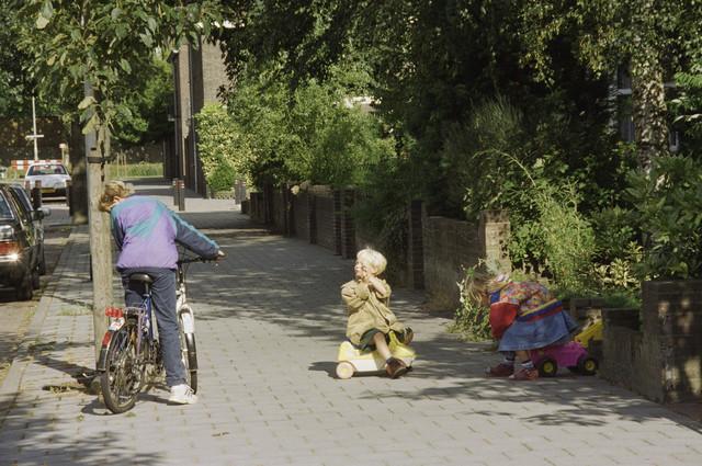 TLB023000938_001 - Spelende kinderen op straat.