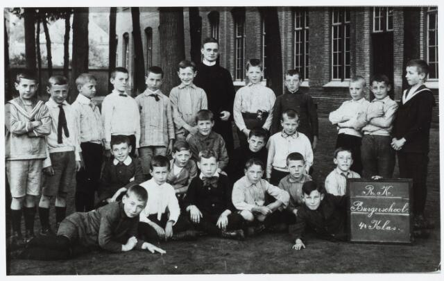 051423 - Basisonderwijs. Klassenfoto r.k. burgerschool. St. Aloysiusschool in de parochie Korvel. Leerlingen van de vierde klas. Onderwijzer is frater Argarius.