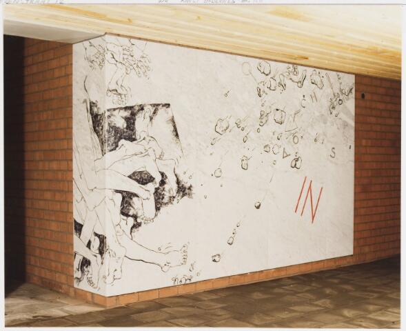 """067750 - IN en UIT van Theo BESEMER (geb. 1936 Nederhorst den Berg). Deze twee voorstellingen maken deel uit van een hele cyclus kunstwerken waarvan het grootste deel te vinden is in en rondom de centrale hal van de LTS Westhoeve, later: Lokatie Techniek. Hier is alleen IN afgebeeld, dat zich bevindt bij de leerlingen-ingang, rechterzijde. Materiaal: ingewassen marmerplaten. Zie ook fotonr. 67751. """"In en Uit"""" heeft betrekking op """"scholing als maatschappelijk aanpassingsproces: leren te functioneren binnen de regels van de samenleving"""".*  TREFWOORDEN: Kunst in de openbare ruimte. Onderwijs."""
