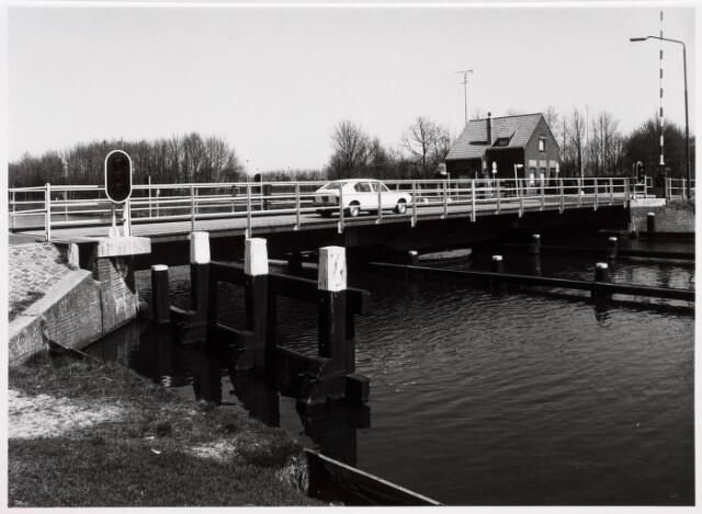 034832 - Brug over het Wilhelminakanaalbij de Oisterwijksebaan. Op de achtergrond de brugwachterswoning