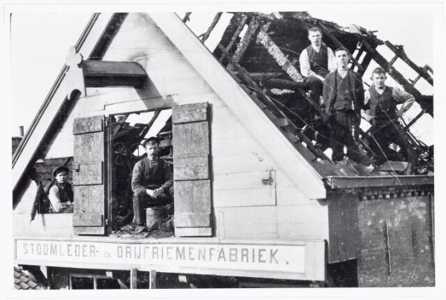 038489 - Lederindustrie. Stoomleder- en drijfriemenfabriek Willem Vos N.V. Goirkestraat 109-111. Foto: personeel na de grote brand.