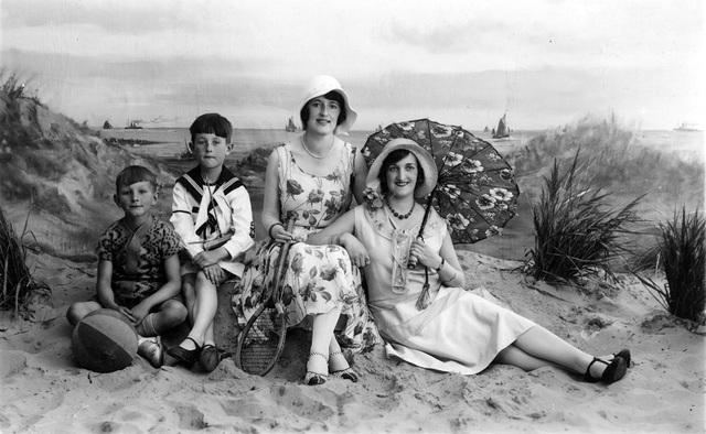 1709_0016 - Familie Franken-Donders. Familiefoto in een fotostudio voor een stranddecor.