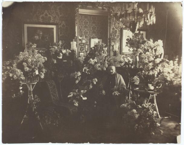 """004120 - Mevrouw de weduwe van DOOREN-PAAIJMANS vierde op 10 febr. 1915 haar 90ste verjaardag. Op de achterkant van de foto staat handgeschreven: """"Mama 90 jaar. De morgen na het feest"""". Gijsberdina (Dientje) Paaijmans werd geboren te Oisterwijk op 9-2-1825 en overleed, 92 jaar oud, te Tilburg op 23-08-1917. Zij trouwde op 1 mei 1850 te Oisterwijk met Franciscus Martinus Ludovicus (François) van Dooren (1817-1863), wollenstoffenfabrikant (fa. Pieter van Dooren). Uit dit huwelijk werden zeven kinderen geboren."""