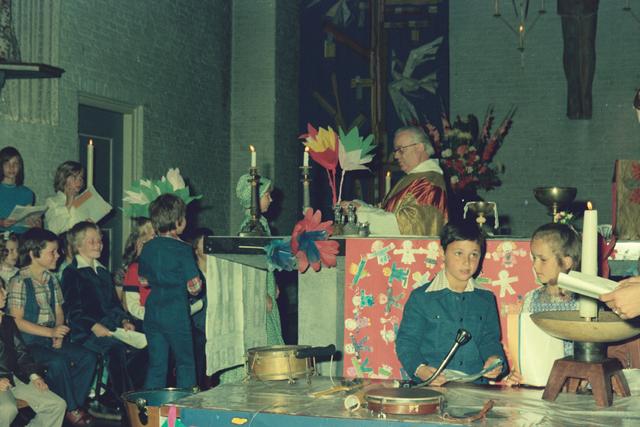 1237_012_978_005 - Religie. Kerk. Katholiek. Communicanten. De eerste Heilige Communie in de Sint Lidwina parochie in mei 1976.