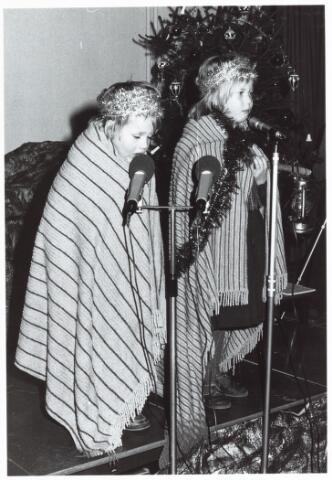 053140 - Driekoningen zingen in het Wijkgebouw Groenewoud op 6 jan. 1981.