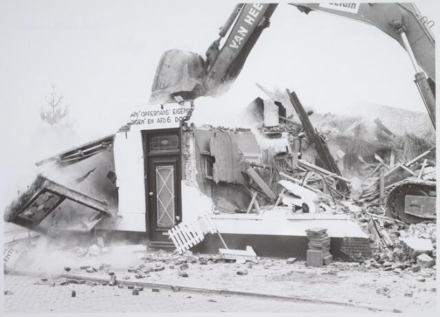 026175 - Op 11 juni 1982, precies om 15.00 uur, begon de firma Van Hees met de sloop van garage Oppermans aan het Lijnsheike, waarmee een einde kwam aan een langdurig conflict tussen eigenaar en gemeente