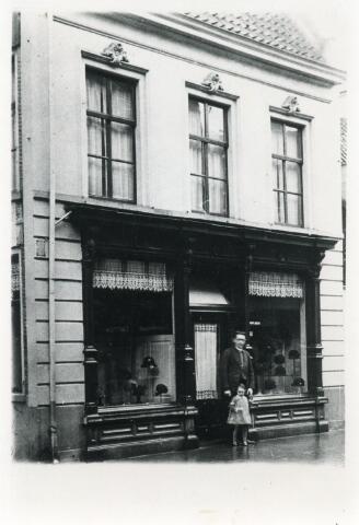"""602130 - De hoedenwinkel van de familie Van Ierlant-Joosen aan de Heuvelstraat 48. """"P. van Ierlant-Joosen Modes"""" zat in dit pand in de jaren 1925-1938. Daarna is het verbouwd. Voor de winkel Piet van Ierlant met zijn oudste dochter. ."""