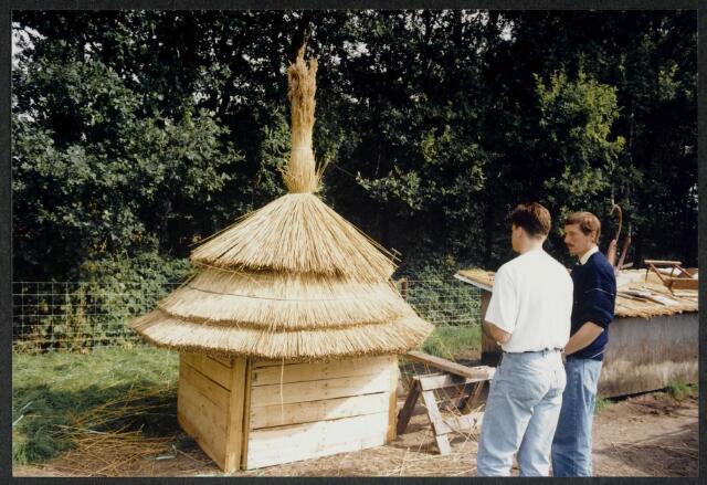 91571 - Album. Gemeentelijke Heemkundedag i.s.m. Heemkundekring De Vlasselt met rietdekker Hans van der Sanden. Zie foto 91570
