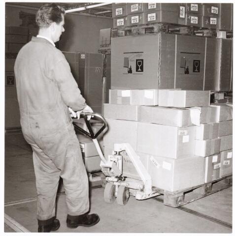 """039233 - Volt, Hulpafdelingen, Vervoer, Expeditie, Logistiek. Magazijn. Intern transport in de Pakkerij waarschijnlijk bij Volt Zuid met Ad van Dijk aan de """"Steinbock"""". Naar schatting rond 1965."""