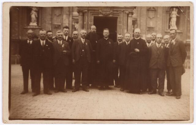 008788 - Koor St. Gregorius omstreeks 1930. Zevende van links dirigent Piet Tra.