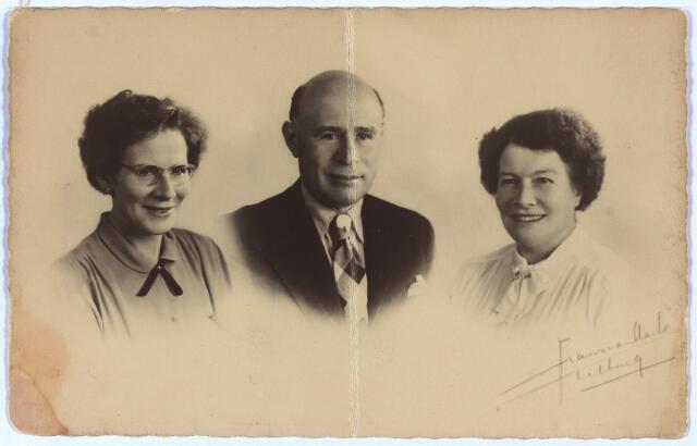 003933 - Drie kinderen van Martinus Cornelius COOLS en Isabella Wouters uit de Klaverstraat 29b.  V.l.n.r.: Gerarda, geb. 1900, Jacobus Adrianus Martinus, ongehuwd, van beroep voller (1902-1958) en Cornelia Maria, geb. 1901, van beroep stopster.