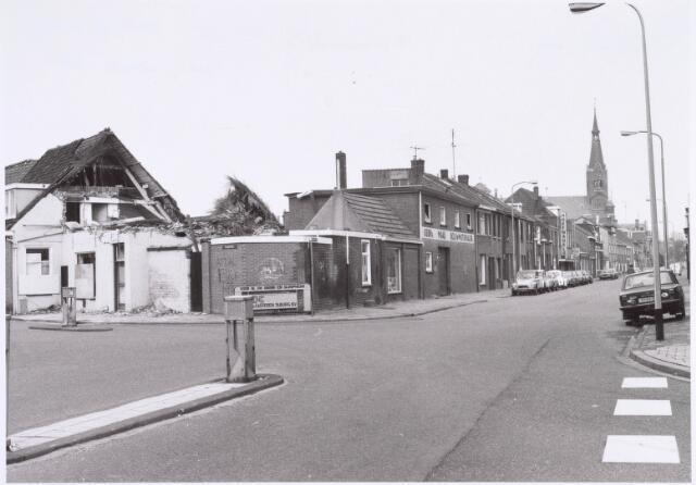 022369 - Kruising Hoefstraat met Molenstraat (links) en Rosmolenplein (rechts). Op deze hoek verscheen een winkel-wooncomplex