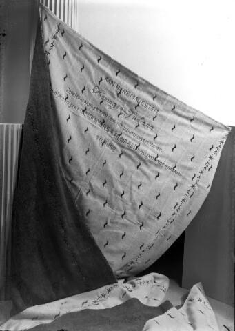 650453 - Schmidlin. Directie en personeel van wollenstoffenfabriek Mommers en Hunfeld schonken deze wollen deken aan koningin Juliana ter gelegenheid van haar kroning in 1948.