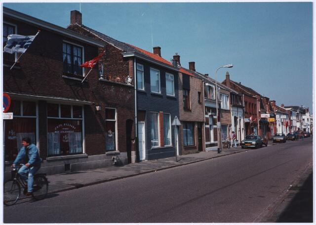 023825 - Koestraat, gezien in de richting van het Rosmolenplein. Links café 'Het Uilennest', voorheen 'Kerkzicht' geheten