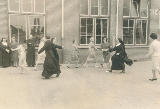651613 - Meisjesschool Vincentius. Tilburg. Als de kinderen naar huis gaan, worden de volwassenen weer kind.
