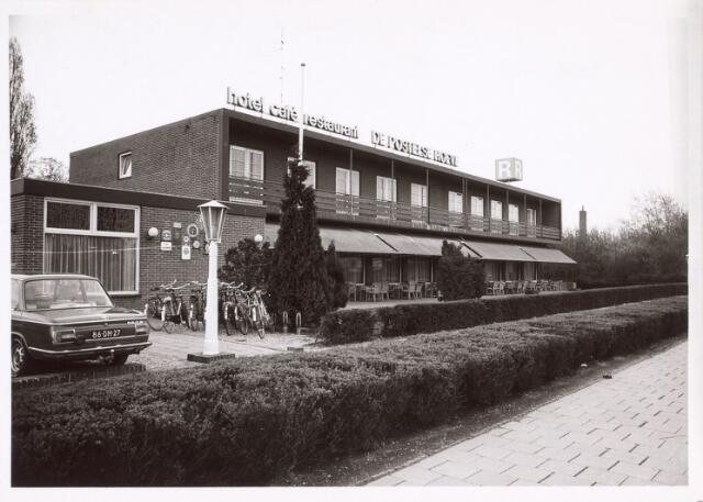 017708 - Hotel-café-restaurant De Postelse Hoeve bezien vanuit de Dr. Deelenlaan