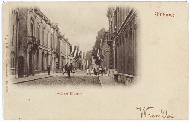 002994 - Willem II-straat richting Heuvelstraat. Geheel links een detail van de synagoge en daarnaast het oude post- en telegraafkantoor met directeurswoning. Vervolgens de ingang van de Telegraafstraat. Rechts het pand M1489 vanaf 1910 Willem II-straat 17 en vervolgens op de hoek van de Poststraat, met balkon, M1488, vanaf 1910 Willem II-straat 19. Rond 1900 waren de bewoners van deze panden respectievelijk handelsagent P.F.J. Piron en W.J.F. Mutsaerts, fabrikant van wollen stoffen.