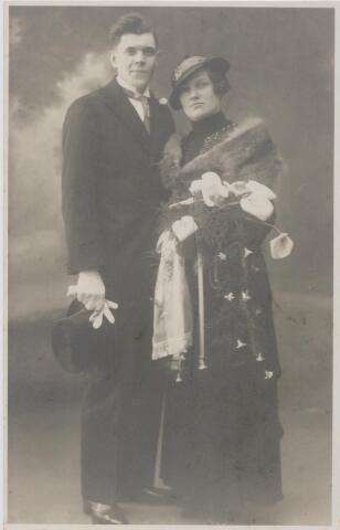 045043 - Op 25 februari 1935 trouwde te Tilburg schilder Petrus Jacobus Maria van Huykelom met Maria Cornelia Jonkers. Hij werd geboren te Tilburg op 31 december 1906 en aldaar overleden op 18 augustus 1993. Zij werd geboren Udenhout op 15 oktober 1907 en overleed te Tilburg op 7 april 1995.